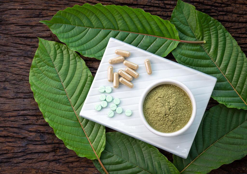 kratom powder and leaf
